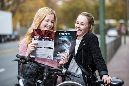 Aktuelles-Ausbildungsmagazin-Startbereit-zwei-Schuelerinnen-lesen-das-magazin