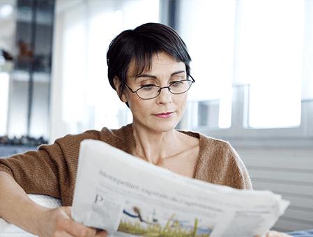 Aktuelles-Faktor-Print-Frau-liest-Zeitung