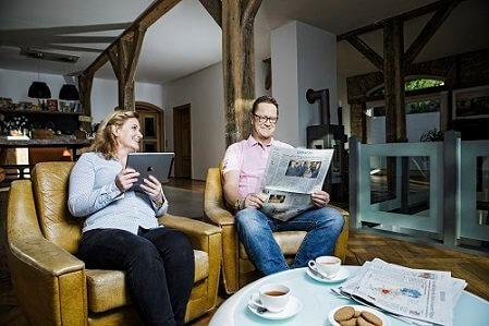 Aktuelles-Sonderformate-Paar-mit-Tageszeitung-und-Tablet