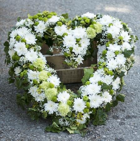 Aktuelles-Trauerratgeber-Blumenkranz-in-Herzform