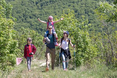 Aktuelles-Wandern-Familie-wandert-in-der-Natur