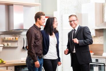 Aktuelles-ZMG-Moebelkaeufer-2018-Verkaufsgespraech-im-Moebelhaus