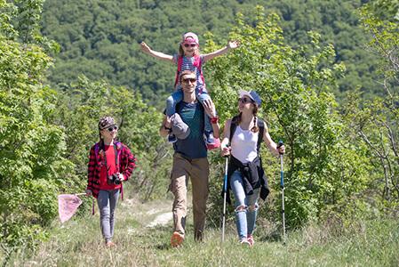 Schön hier-größere-Familie-Wandern_449x300