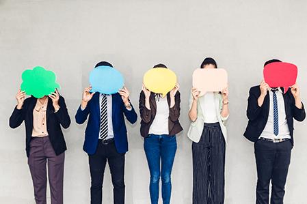 aktuelles-feedback-menschen-mit-farbigen-sprechblasen-vorm-gesicht